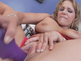 Hot blonde Nikki Sexx stretches out her pussy