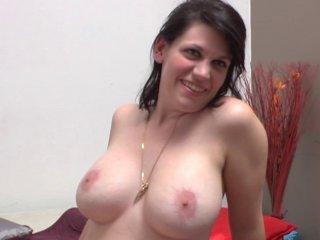 Clarisse, chômeuse de 32 ans à gros seins