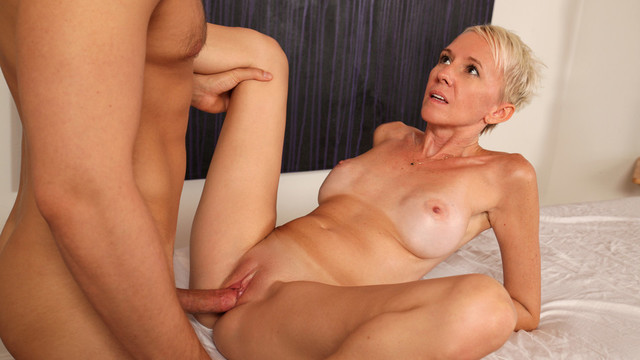 Short haired mom gets fuck naked — photo 1